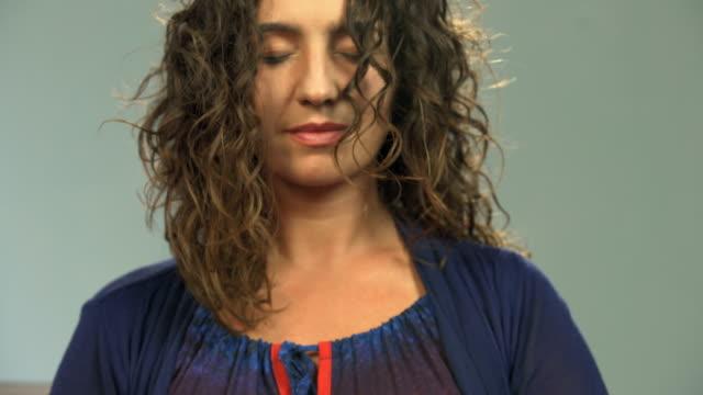 Frau-mit-dem-Öffnen-von-Lotus-Mudra-Spezialhände-Position-für-Meditation-meditieren