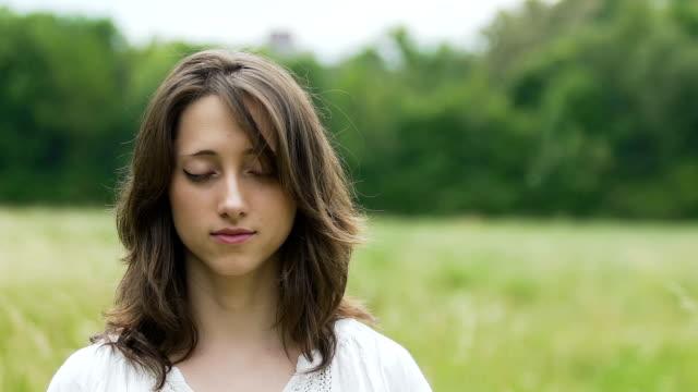 Mujer-con-los-ojos-cerrados-les-abre-en-profunda-serenidad-paz-interior-Dios