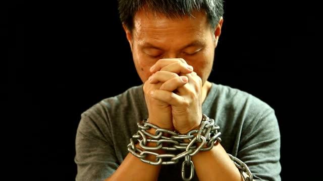 Man-praying-with-chain