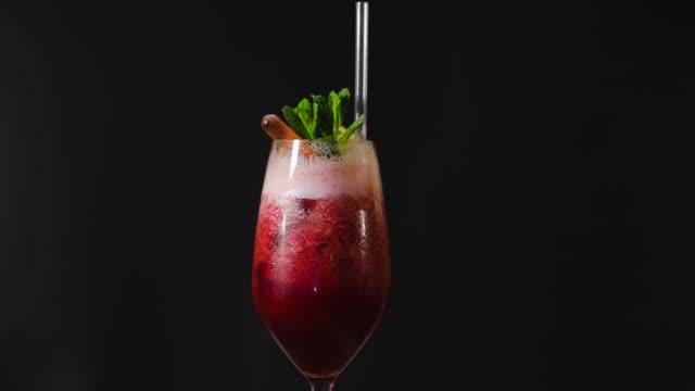Rot-auf-schwarzem-Hintergrund-cocktail-cocktail-dreht-auf-schwarzem-Hintergrund-alkoholischen-Cocktail-auf-schwarzem-Hintergrund