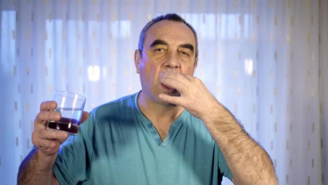 Persona-de-con-la-píldora-Anciano-con-pastilla-y-el-vaso-de-agua-Concepto-de-problema-de-salud