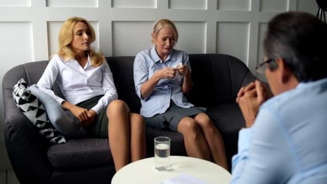 Mujer-llora-haciendo-confesión-en-oficina-de-psicólogos