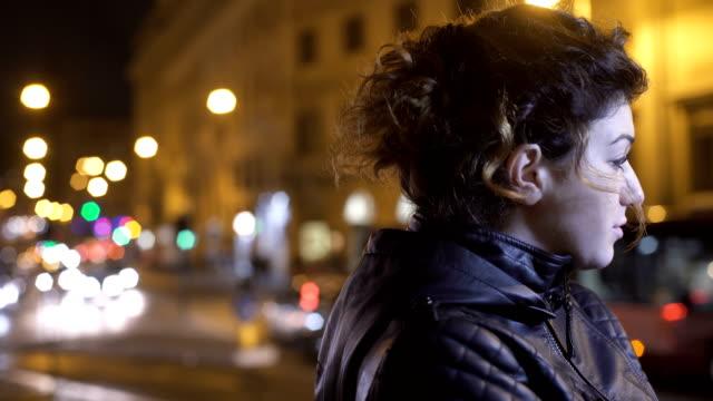 triste-nervioso-una-mujer-sola-en-la-ciudad-por-la-noche-esperando-a-alguien