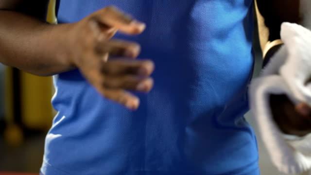 Männliche-afrikanische-amerikanische-Sportler-bereit-für-intensives-Training-im-Fitness-Studio,-Sport