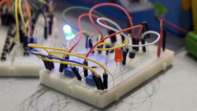 Ingeniería-de-radio-con-cables-conectados-y-relámpago-en-clases-de-hobby