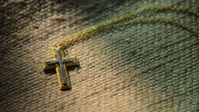 Gold-cross-auf-eine-grobe-Leinwand-verkleinern-Sie-die-Ansicht