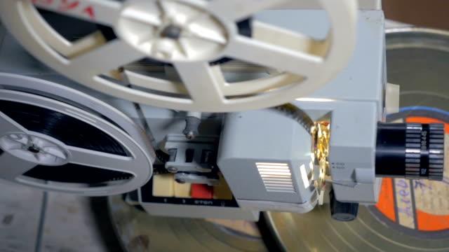 Proyector-de-cine-antiguo-en-funcionamiento
