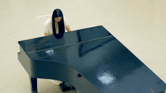 The-portrait-of-the-girl-playing-the-piano-4K-