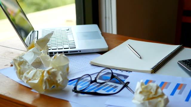 Completo-material-de-archivo-HD-de-fondo-del-espacio-de-trabajo-ordenador-portátil-con-papeleo-como-tabla-y-gráfico-cuenta-con-la-calculadora-en-lugar-de-la-tabla-