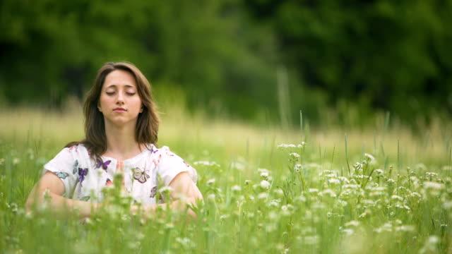 Frau-eng-verbunden-mit-der-Natur-macht-Namaste-Handzeichen-Gefühl-Einheit
