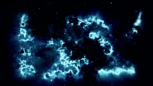 Fondo-del-espacio-Cámara-está-volando-a-través-de-la-nebulosa-de-color-azul-y-magenta-Las-estrellas-están-por-todas-partes-alrededor-