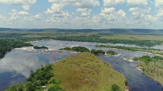 Vista-aérea-del-Parque-Nacional-Canaima-y-el-río-Carrao-bajando-de-la-laguna-de-Canaima