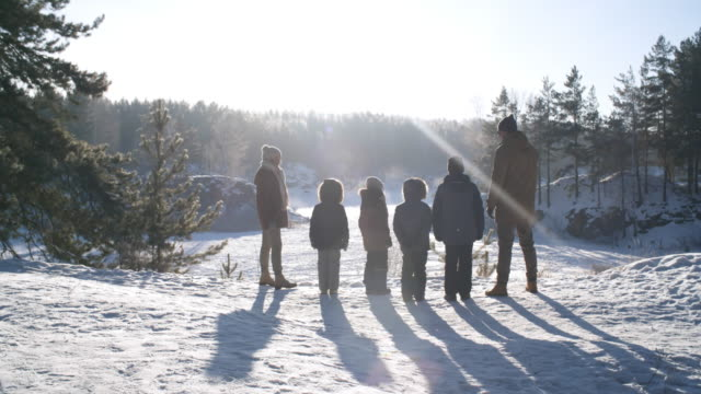 Gran-familia-admirar-el-paisaje-invernal-Nevado