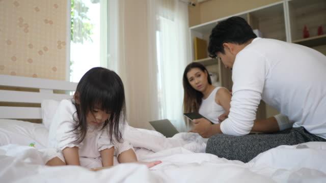 Eltern-kümmern-sich-nicht-um-ihre-Tochter-Links-sie-um-das-Telefon-zu-spielen