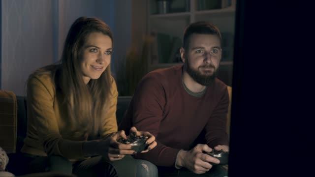 Feliz-pareja-jugando-videojuegos-juntos