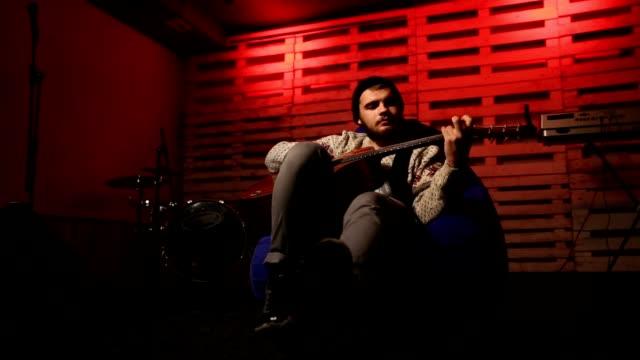 Guitarrista-con-estilo-picking-acordes-en-guitarra-acústica