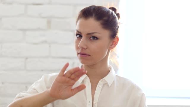 Parada-gesto-de-mujer-en-oficina