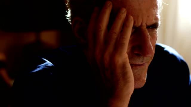 Pensativo-y-preocupado-maduras-hombre:-preocupaciones-ansiedad-tristeza