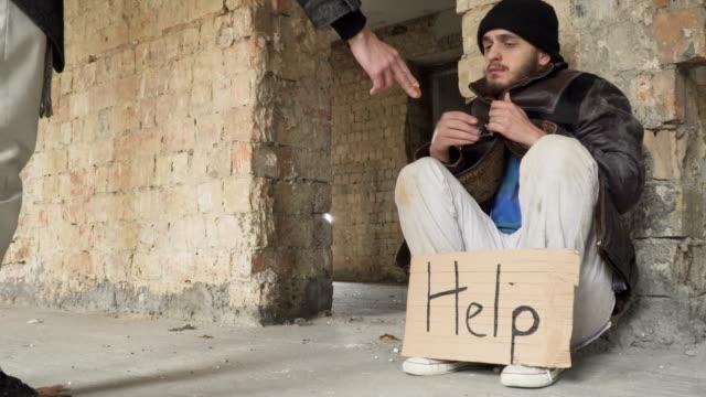 Hombre-de-Passer-da-bitcoin-a-personas-sin-hogar