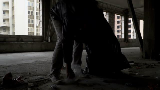 Obdachlose-Abholung-Müll-in-Müllsack