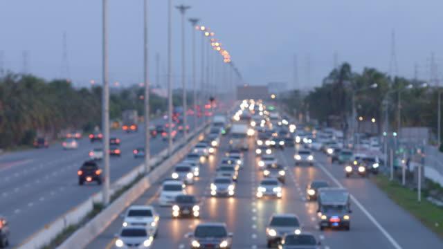 Rush-Hour-Defokussierung-Transport-Fahrzeug-Licht-unterwegs-auf-der-Autobahn
