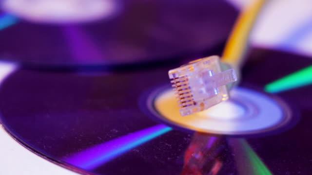 Closeup-de-Ethernet-cable-con-su-reflexión-sobre-el-disco-en-blanco
