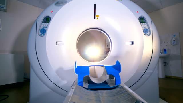 Vacío-tomógrafo-de-MRI-escáner-en-un-hospital-moderno-