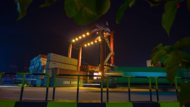 Bahía-industrial-de-noche-iluminado-shenzhen-ciudad-trabajo-puerto-grúas-panorama-4k-china-de-lapso-de-tiempo