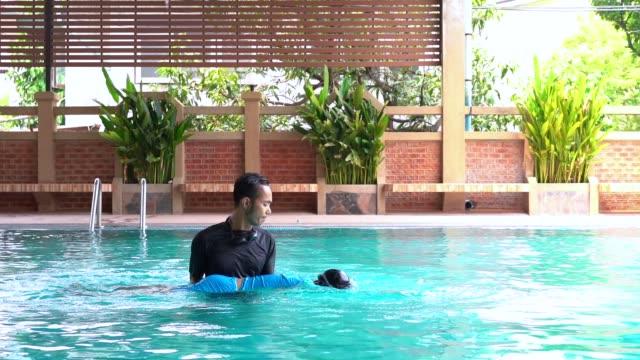 Slow-Motion-Vater-lehrt-Tochter-schwimmen