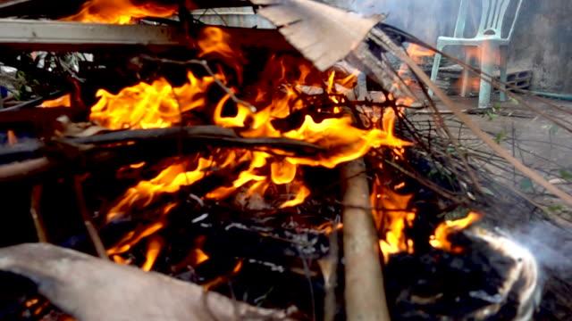 Cerca-del-fuego-quema-pila-de-madera-con-cámara-lenta
