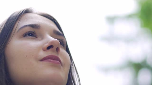 Ruhige-angenehme-freudige-Blick-der-Frau-im-Freien-Slow-Motion-weiblichen-Blick-in-Zukunft
