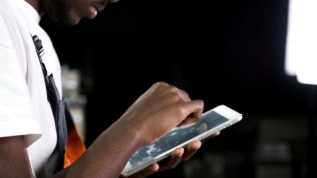 Ingenieur-mit-Tablet-am-Arbeitsplatz