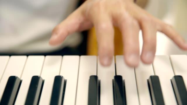 teclado-jugar-joven-músico-masculino