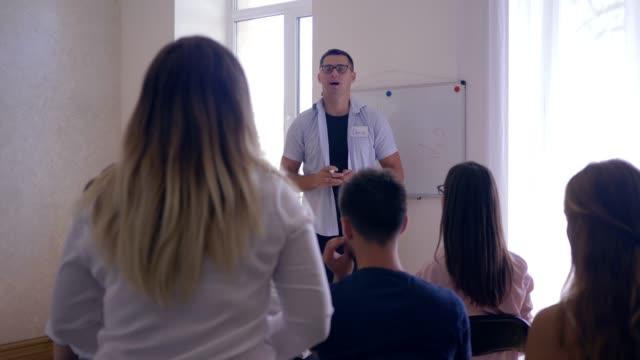 Trainer-Mann-hört-Selbsthilfegruppe-Probleme-während-der-psychologischen-Therapie-auf-Teamtraining