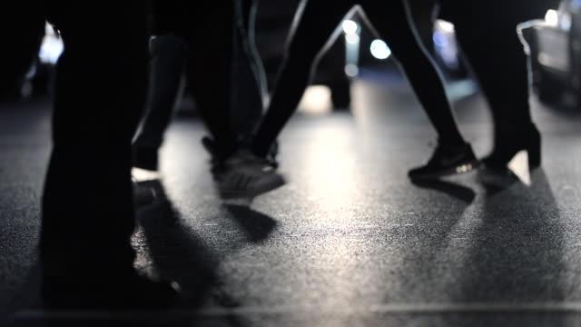 Fußgänger-Füße-nachts-120fps-Zeitlupen-Straße-überqueren-Pendler-die-zu-Fuß-während-der-Rush-hour