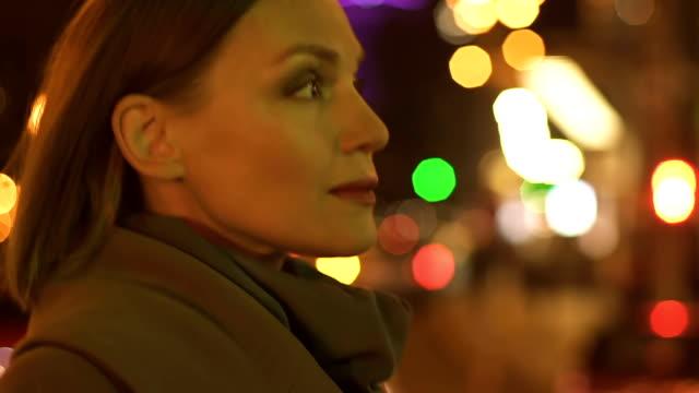 Schöne-erfolgreiche-Frau-die-zu-Fuß-auf-der-Straße-Nacht-Stadt-Megalopolis-Rush-Hour