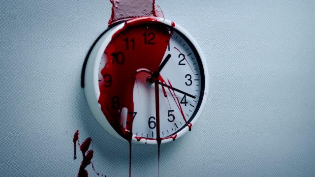 Símbolos-de-la-sangre-en-el-reloj-de-pared