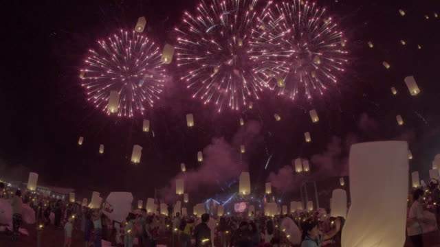 Floating-lanterns-and-fireworks-Yee-Peng-Festival-Loy-Kra-thong-in-Chiang-mai-Thailand
