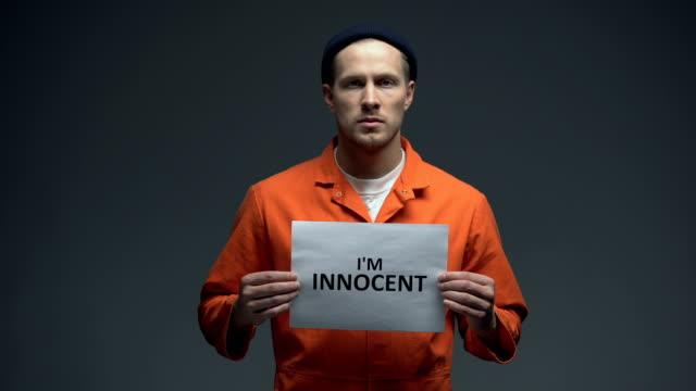 El-macho-encarcelado-europeo-soy-signo-inocente-en-la-celda-pidiendo-justicia