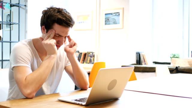 Dolor-de-cabeza-malestar-diseñador-tenso-en-el-trabajo