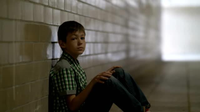 triste-solitario-niño-maltratado-se-sienta-en-el-suelo-en-un-túnel-en-una-depresión-profunda-mirando-a-la-cámara-no-se-espera-el-niño-en-el-hogar