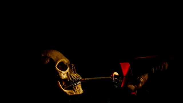 Cráneo-humano-fumar-un-cigarrillo