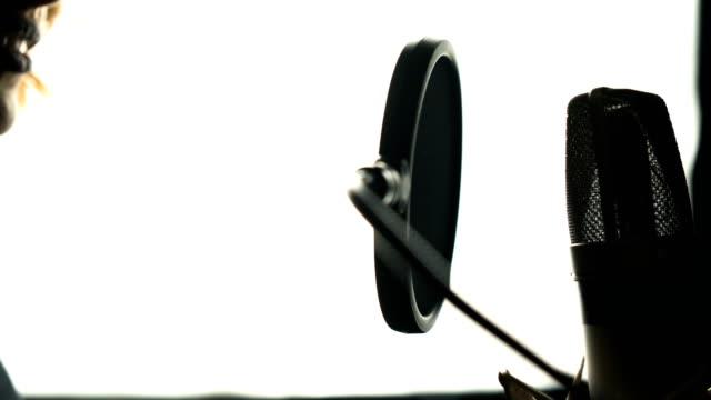 Belleza-de-mujer-con-micrófono-