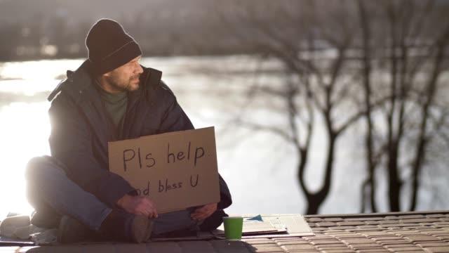 Pasando-por-mujer-repuestos-monedas-a-hombre-sin-hogar