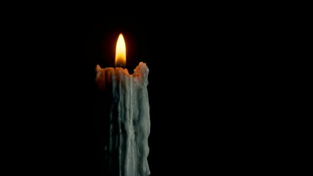 Antigua-vela-ardiendo-en-la-oscuridad
