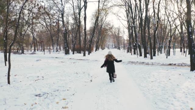 Joven-corriendo-con-Jack-Russell-terrier-en-tiempo-de-invierno-a-través-de-parque-vista-aérea-secuencias-del-abejón