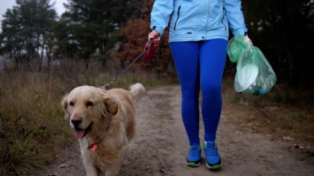 Mujer-ajuste-limpieza-de-hojarasca-en-bosques-durante-el-jog