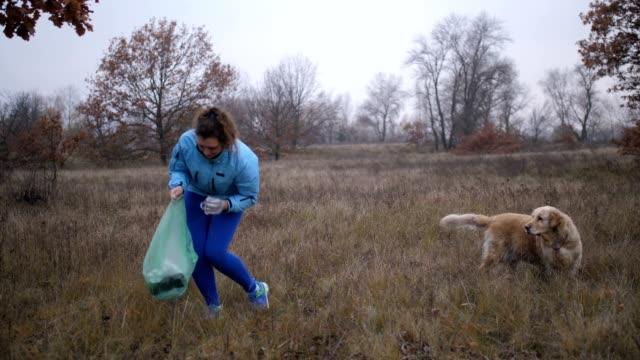 Respetuoso-del-medio-ambiente-mujer-levantando-basura-al-aire-libre