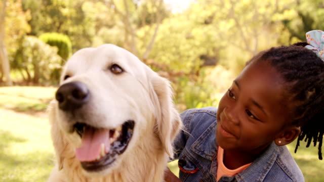 Porträt-von-niedlichen-Mädchen-ist-einen-Hund-streicheln-