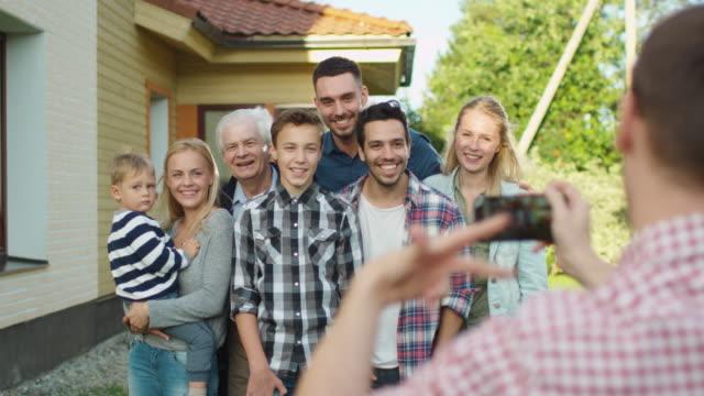 Man-nimmt-Outdoor-Fotos-von-seiner-großen-Familie-